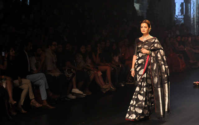 Indian Bollywood ctress Dia Mirza showcases a creation by designer Santosh Parekh during the Lakme Fashion Week (LFW) Winter/Festive 2016 in Mumbai on August 28, 2016. / AFP / SUJIT JAISWAL