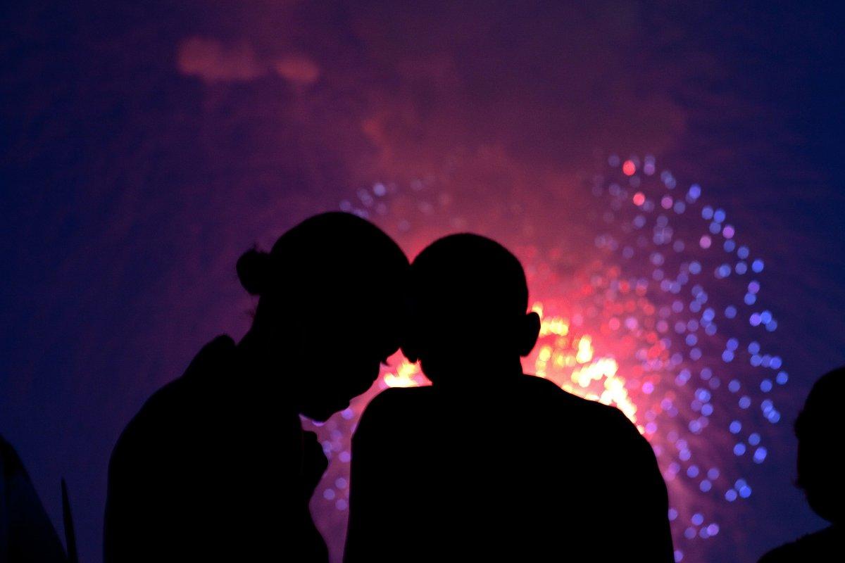 barack-obama-michelle-obama-love-story-romance-photos-16