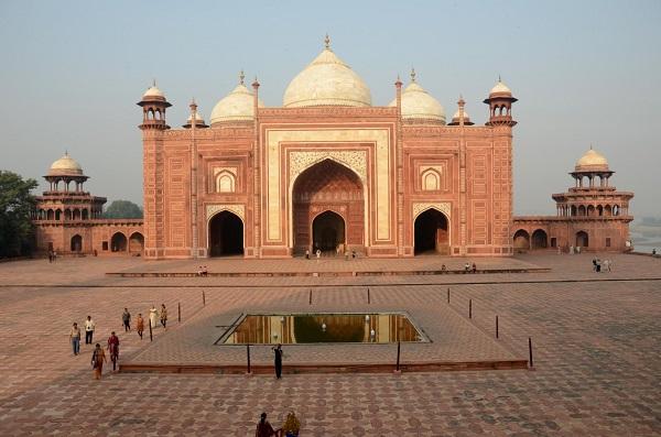 जामा मस्जिद आगरा में जाने के लिए आश्चर्यजनक जगहें