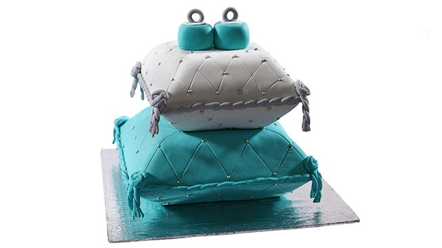 Designer Cake along with your Chosen Gift