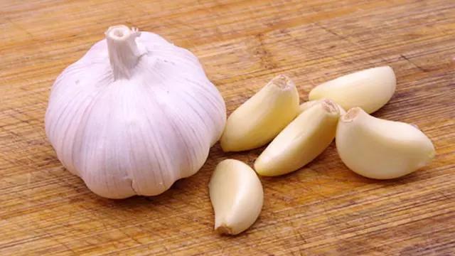 Garlic, लहसुन की मदद से पिंपल्स को दूर करने का घरेलू उपाय