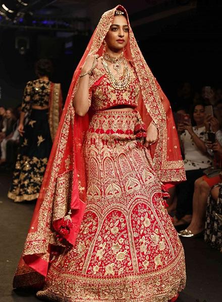 Radhika apte look 9