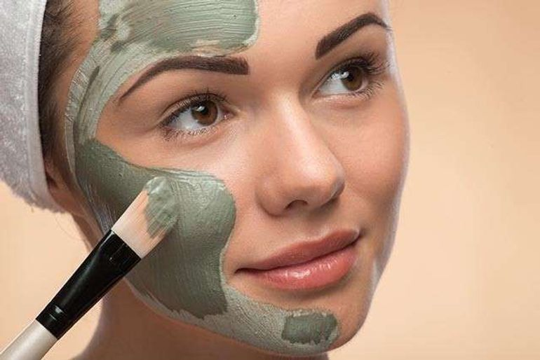How To Use Multani Mitti On Face To Fight Skin Issues?